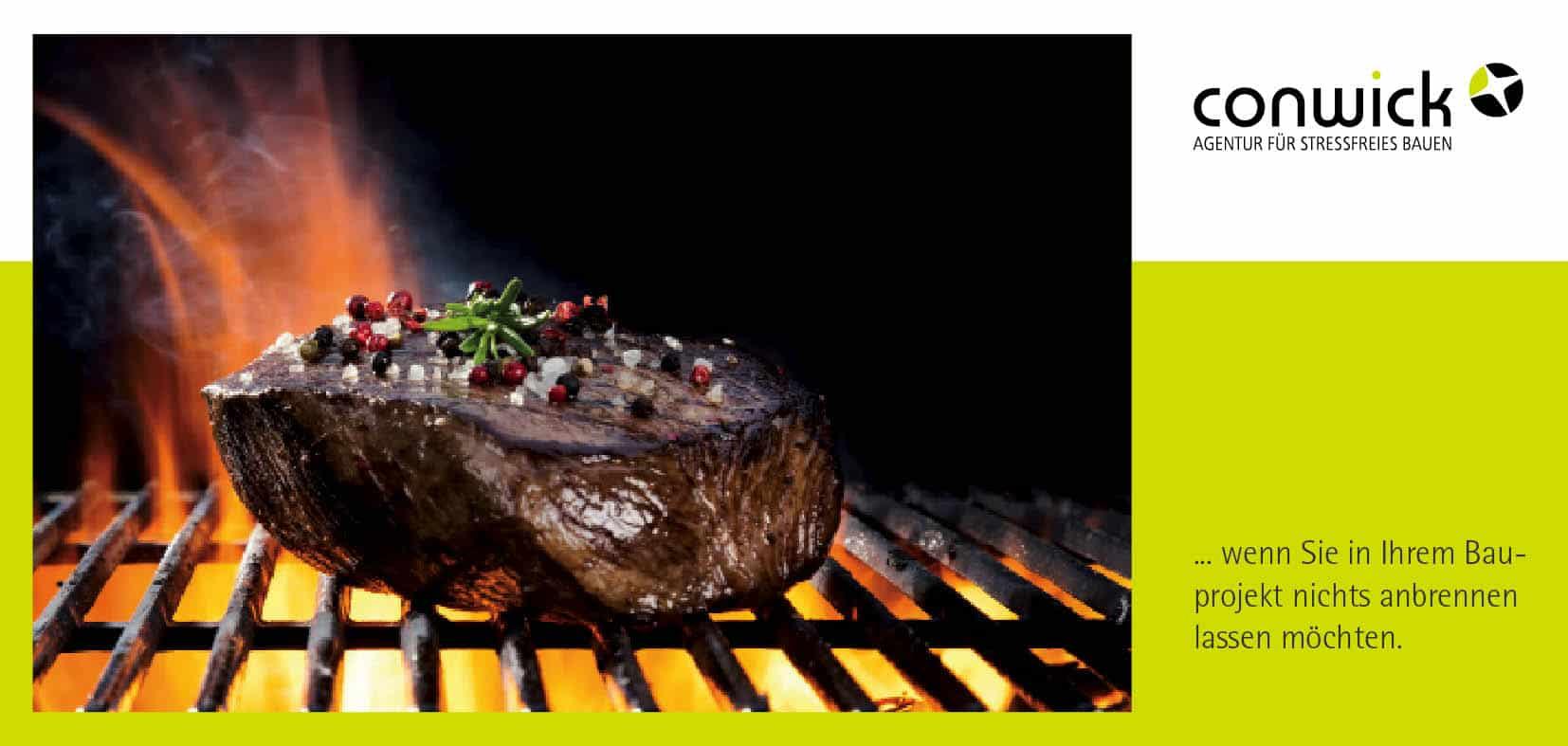 Ein Steak liegt auf einem Kohlegrill